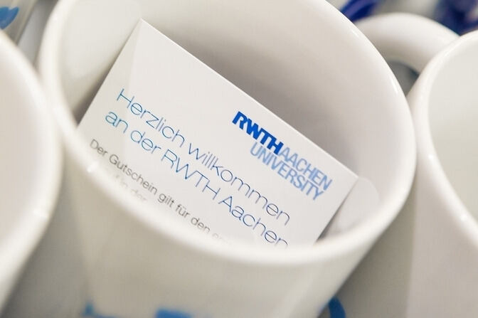 "Cup with a card inside saying ""welcome to RWTH!"" in German."